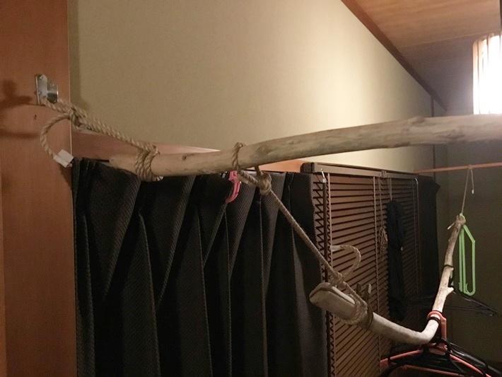 流木を壁に吊るした