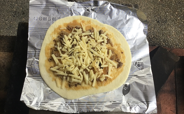 クックパー フライパン用ホイルに乗せたピザ