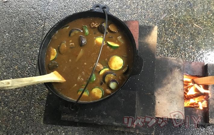 ロケットストーブで作ったダッチオーブンカレー