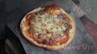 ピザ窯から手作りした美味しそうなピザ