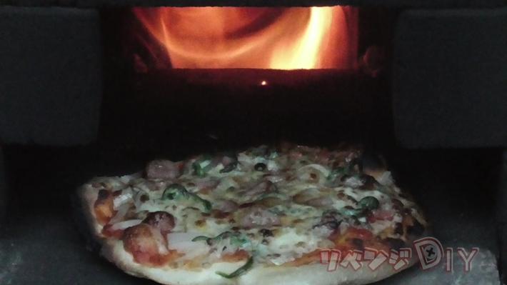 ピザ窯の奥から火が見えている様子