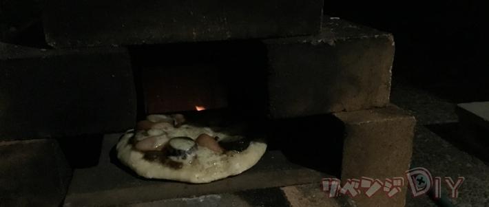 暗くてよく見えないピザ
